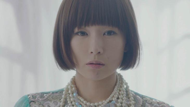 椎名林檎「ありきたりな女」ビデオクリップのワンシーン。
