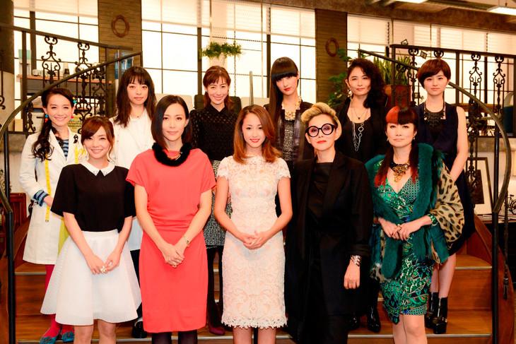 「ファーストクラス」制作発表に出席した沢尻エリカ(下段中央)ら出演者。シシド・カフカは上段右から3人目。