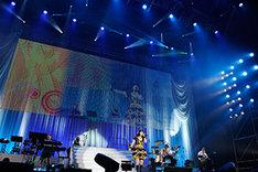 「ジェミー」を歌う下田麻美。