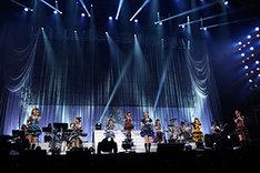 「約束」を歌う今井麻美を囲む7人の出演メンバー。