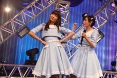 左から小嶋陽菜、生駒里奈。 (c)AKS