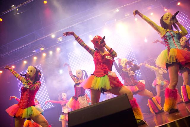 仮面女子によるミニライブの様子。