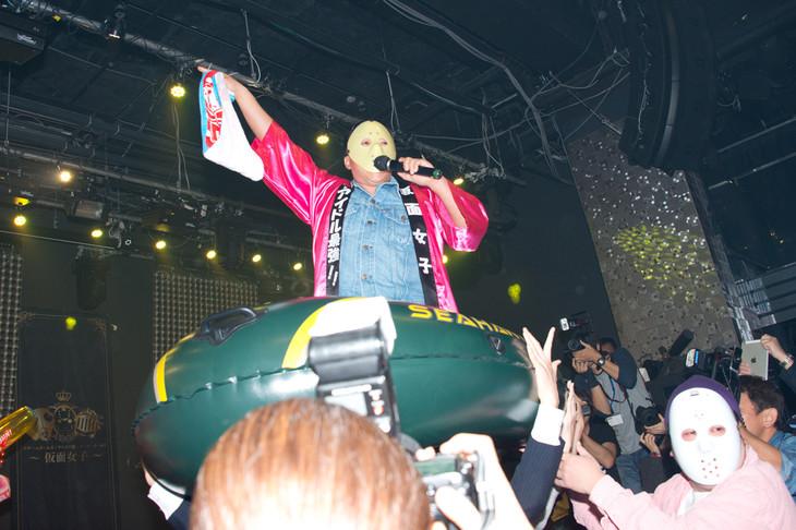 アイドルグループ・仮面女子のミニライブで、ゴムボートに乗って担がれるスギちゃん(中央)。