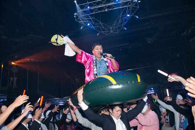 「夏だね☆」にあわせて登場しゴムボートに乗り込むスギちゃん。