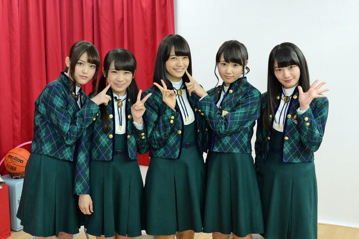 左から松村沙友理、秋元真夏、深川麻衣、永島聖羅、中田花奈。