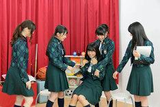 深川麻衣(中央)にイタズラをする乃木坂46メンバー。