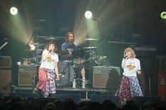 SPARKS GO GOとセッションするPUFFY(photo by KISEKI)。