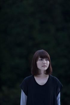 花澤香菜のニューシングル「こきゅうとす」のために撮影された写真。(撮影:新津保建秀)