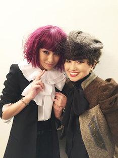 それぞれにお気に入りのウィッグを着用した中島美嘉(左)と黒柳徹子(右)。