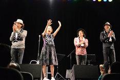観客の声援に答える加藤いづみと演奏メンバー。