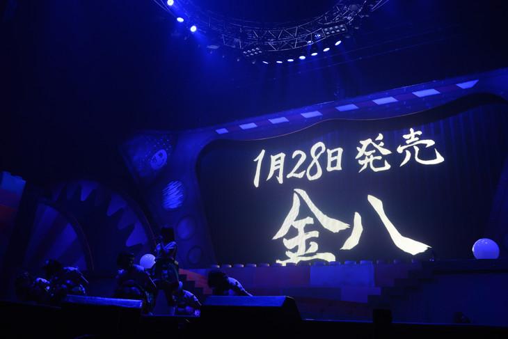 2ndアルバム「金八」のリリース発表時のステージの様子。