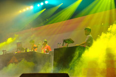 DJ TASAKAとセッションする電気グルーヴ。