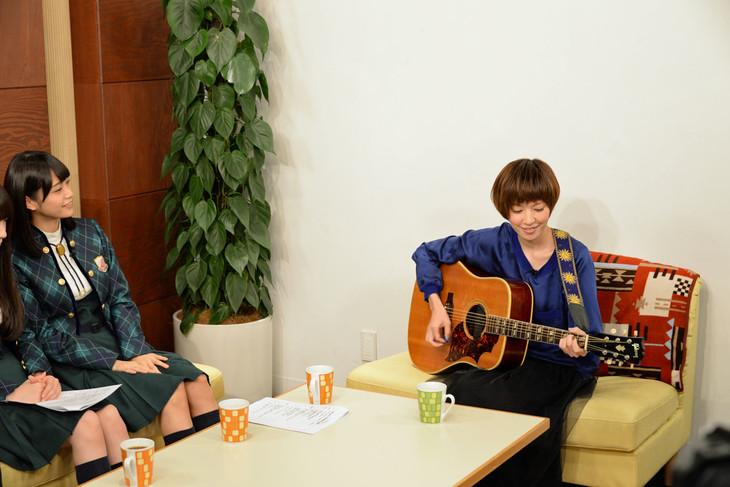 ギター弾き語りを披露する住岡梨奈(右)。