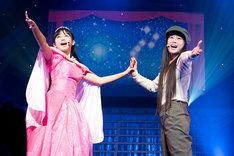 「道子とクラリス」を歌う彩木咲良(左)と根岸可蓮(右)。