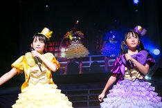 「15のメランコリー」を歌う清井咲希(左)と堀くるみ(右)。