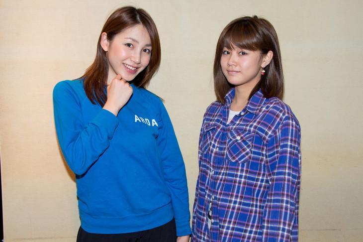 左から吉川友、新垣里沙。