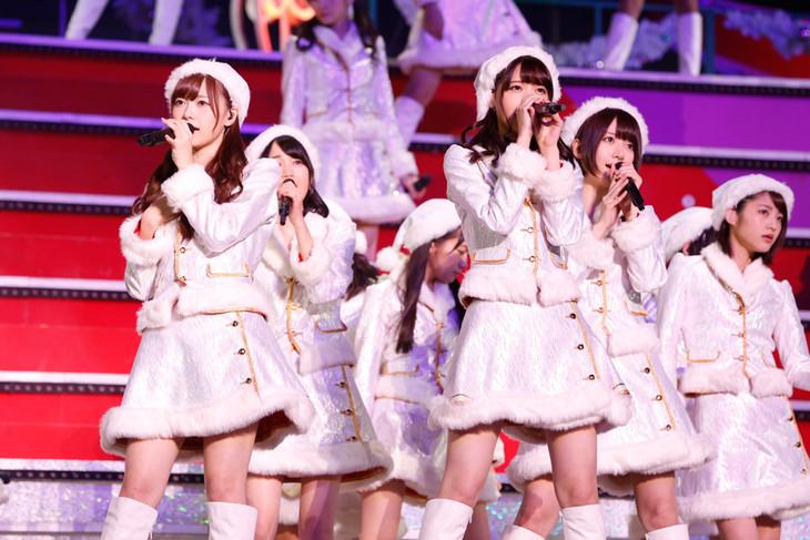純白の衣装でステージに登場した乃木坂46。