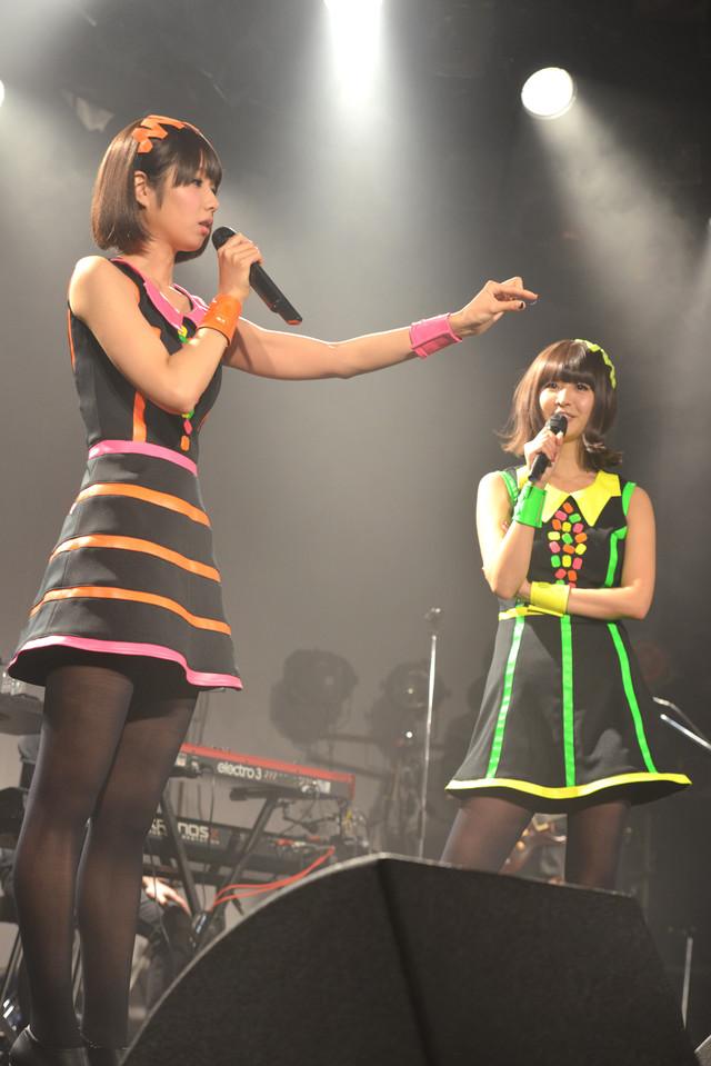 MC中にステージを舞う羽根が気になるレナ(左)。
