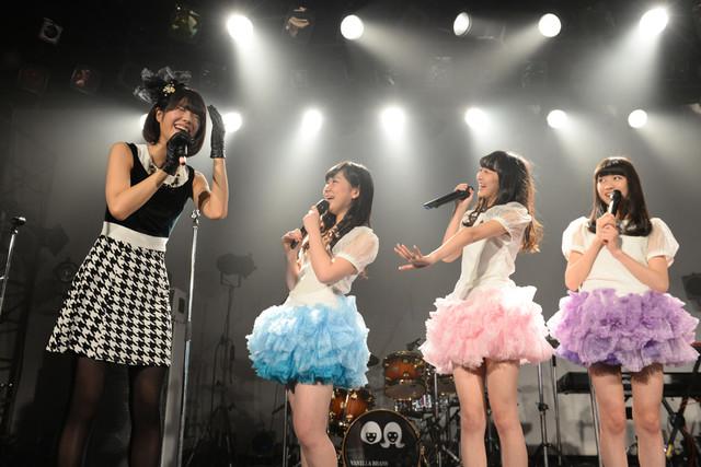 仲良しトークを繰り広げるレナ(左端)と東京女子流。