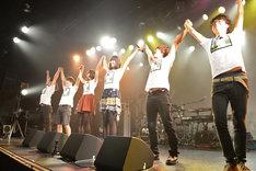 手をつないで観客に挨拶するバニビ&バニバンド。