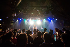 「THE LIVE Part.2」Party Rocketsのライブの様子。