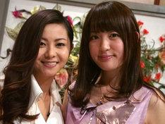 「あたしの音楽」収録時の倉木麻衣(左)と小松未可子(右)。