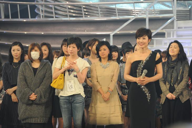 顔合わせに参加した紅組出演者。手前左から絢香、椎名林檎、薬師丸ひろ子、総合司会の有働由美子アナウンサー。