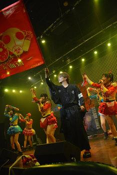 仮面女子のライブ中に旗を持って登場した諸星和己。