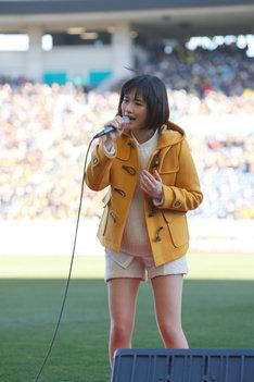 高校サッカー決勝の舞台で「瞳」を歌唱する大原櫻子。