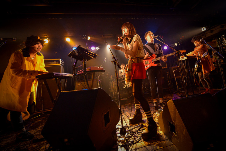 「Awesome Talks -vol.0-」でのAwesome City Clubのライブの様子。