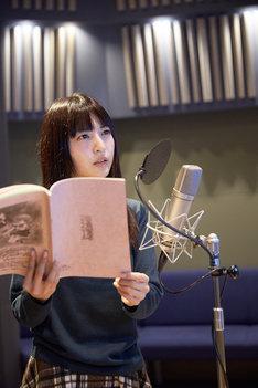 テレビアニメ「銃皇無尽のファフニール」のアフレコを行う神田沙也加。