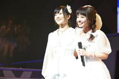 山本彩と山田菜々による「友達」歌唱の様子。(c)AKS