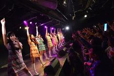 東京パフォーマンスドールによるライブの様子。