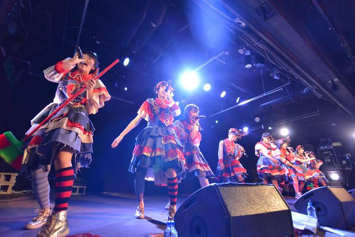 私立恵比寿中学によるライブの様子。
