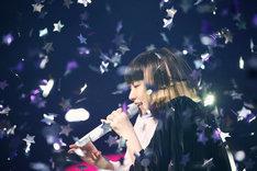 "「YUKI concert tour""Flyin' High""'14~'15」東京・NHKホール公演の様子。"