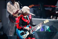 アンコールでギターを披露するYUKI。