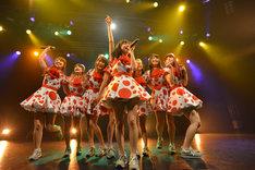 PASSPO☆によるライブの様子。