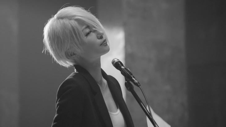 椎名林檎「至上の人生」ビデオクリップのワンシーン。