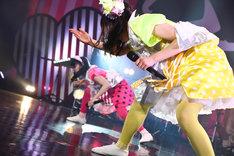 「抱きしめてアンセム」を踊る安藤ゆずと伊藤千由李。