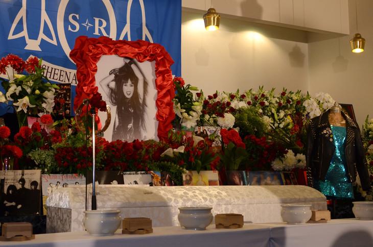 供花が鮮やかに飾られた祭壇。