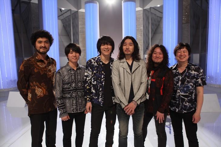 「MUSIC FAIR」出演時の吉井和哉、斉藤和義、バンドメンバー。 (c)フジテレビ