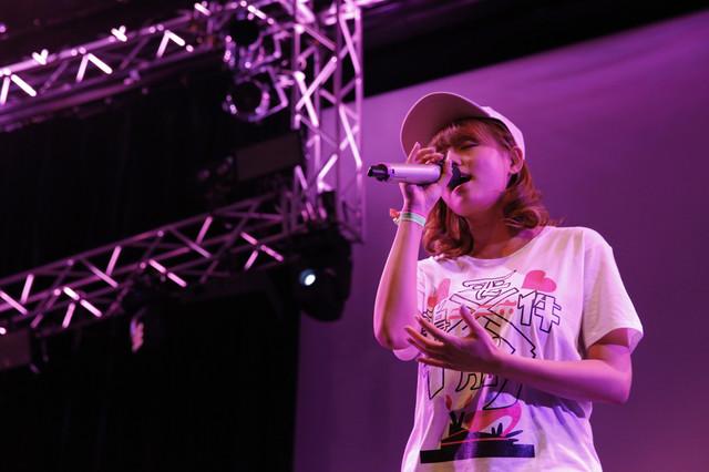 自身の生誕イベントにてライブを行う篠崎愛。(Photo by Hajime Kamiiisaka)