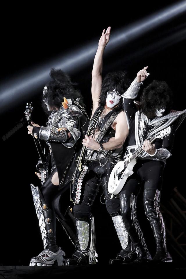 Kissのジーン・シモンズ(Vo, B)、ポール・スタンレー(Vo, G)、トミー・セイヤー(G)。(Photo by kamiiisaka hajime)