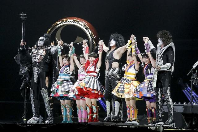 ももいろクローバーZとKissのジーン・シモンズ(Vo, B)、ポール・スタンレー(Vo, G)、トミー・セイヤー(G)。(Photo by kamiiisaka hajime)