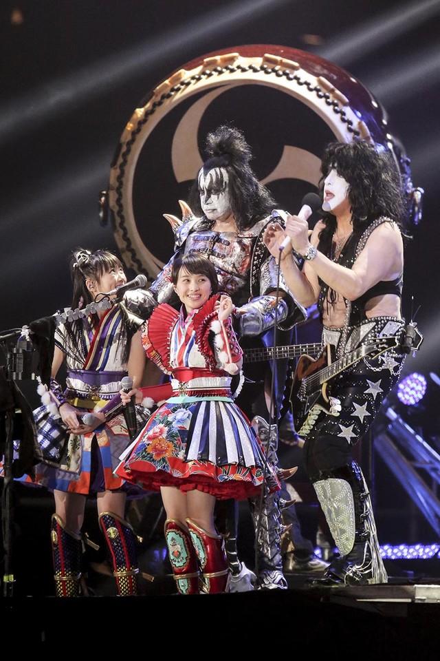 Kissのジーン・シモンズ(Vo, B)、ポール・スタンレー(Vo, G)とももいろクローバーZの高城れに、百田夏菜子。(Photo by kamiiisaka hajime)