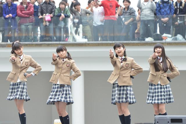 左から野津友那乃、菊地最愛、水野由結、田口華。