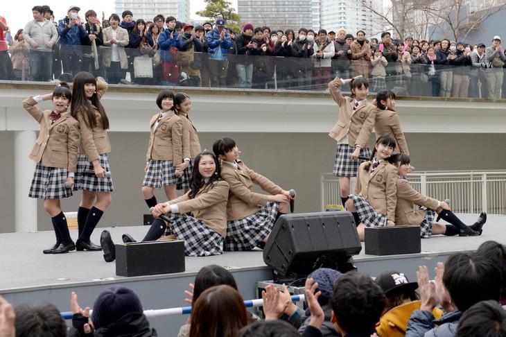 さくら学院「仰げば尊し ~from さくら学院 2014~」発売記念フリーライブの様子。