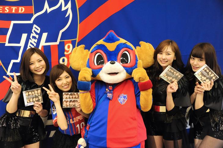 アイドリング!!!メンバーと東京ドロンパ(写真中央)。
