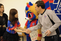 マッシモ・フィッカデンティ監督と握手をする橘ゆりか。