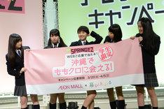 セクシーポーズを決める百田夏菜子。